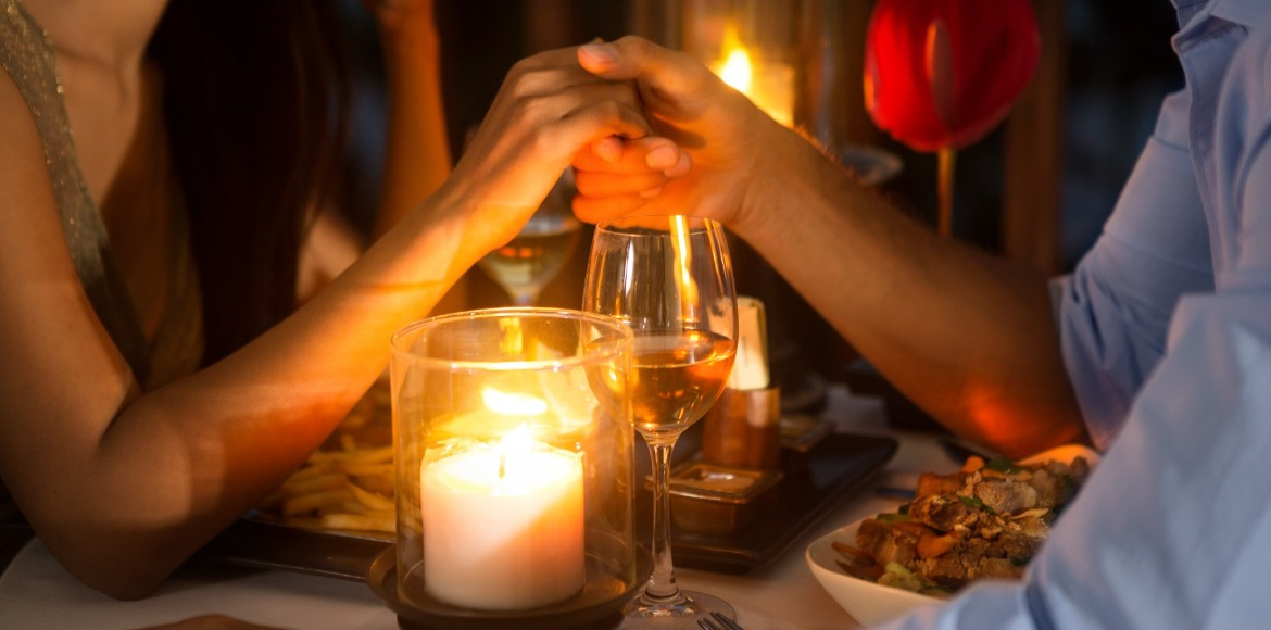 couple out at romantic dinner | Sunset Vacations